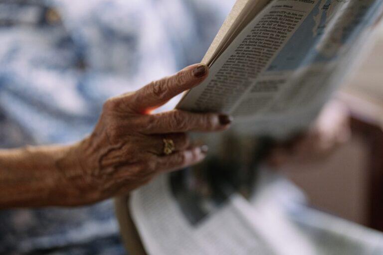 direito ao esquecimento - idosa lendo jornal